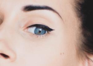 Woman wearing winged eyeliner on her eyelid